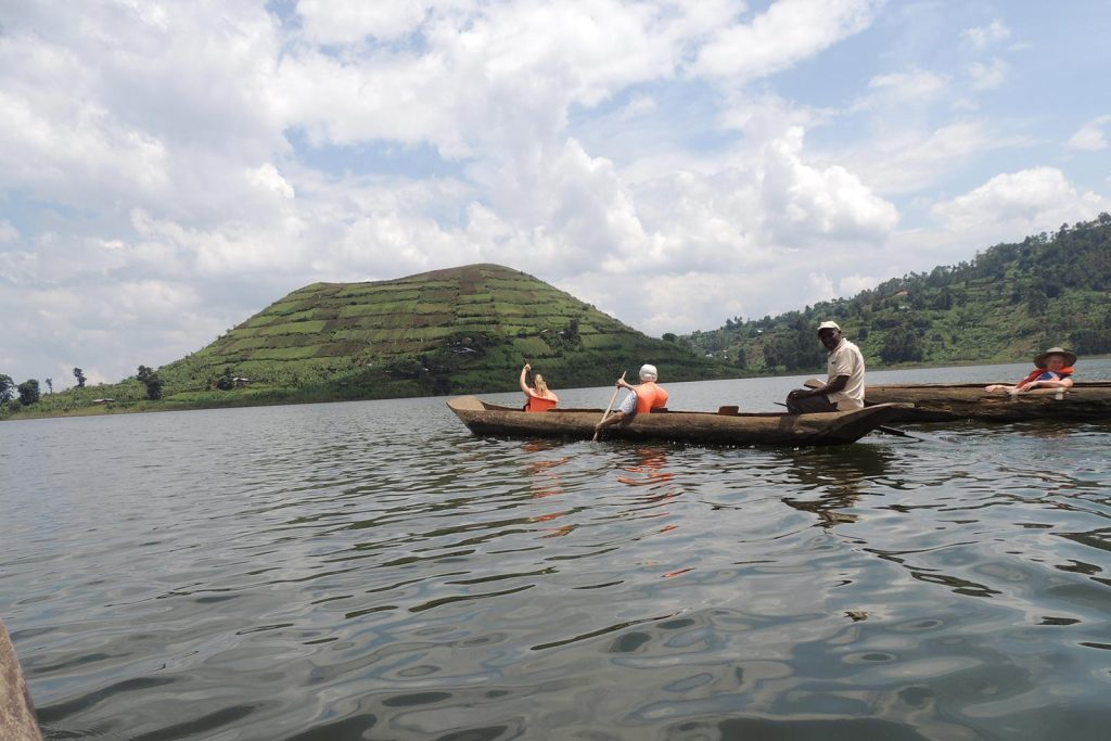 Canoe excursion on Lake Mutanda
